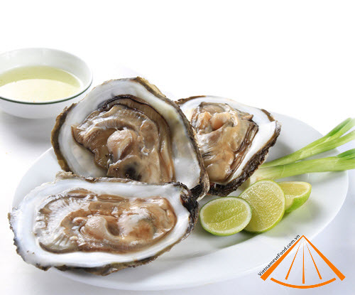 alive_oyster_with_lemon